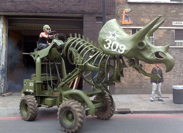 トリケラトラクター。ロンドンに拠点を置くMUTOID WASTE COMPANYによって制作されたトリケラトプスを模した車両。人間が搭乗しての走行が可能だがリモートコントロールにも対応する。油圧式であるとのこと。