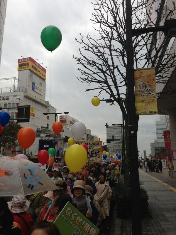 カラフルな脱原発デモ。日光のお母さんたちが素敵でした。 http://t.co/bUBQFno1w0