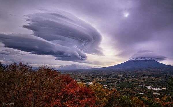今朝、富士山の東に現れた吊るし雲です。 低気圧の接近で富士山頂を覆う笠雲と、風下に巨大な吊るし雲ができました。