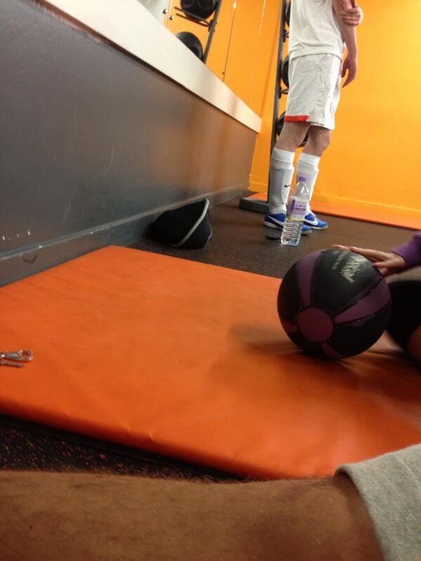 "f0d3cfb11  gregers78  kpoleon hahaha wow shin pads  "" WankersFullKit  Shin pads at  the gym!!!!  fullkitwanker ( pdunkley90) pic.twitter.com VWPvsXlzFF"""