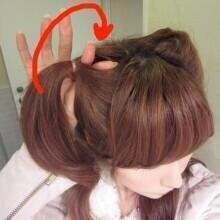's Media: 簡単♡猫耳ヘアの作り方  ①耳上の髪をゴムでくくります ②ゴムでくくった根本に、指で穴を空けます ③この穴にくくった毛束を通します (親指と人差し指で毛束を引き抜く感じ)  ④猫耳っぽい形になるよう