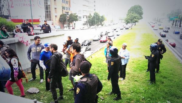 """Polecea desaloja el #picnicenelrio """"@peatonito: No nos vamos, nos corrieron #picnicenelrio http://t.co/zvOffsdAuz"""""""