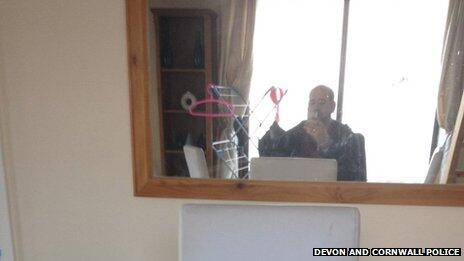 A burglar stops to take a 'selfie' on his victim's mobile phone http://t.co/MtC7bygWRi http://t.co/Hy1eBFNZPR