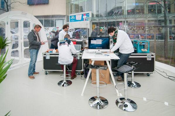 Dernier jour du Maker's Lab à Liège, place Saint-Etienne, pour la #SDLC2013 ! Alors on profite ! http://t.co/MDG08ymJTQ