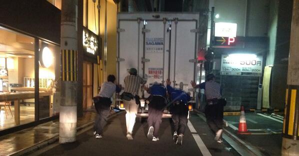 京都御幸町通にて、動かなくなった佐川のトラックを一緒になって押してあげるクロネコヤマトのお兄ちゃんがオットコマエだった。