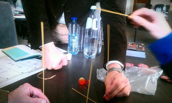 Construction d'une tour la plus haute possible avec quelques spaghettis, du scotch et 1 marshmallow ! #SDLC2013 http://t.co/uGPkTbxqfy