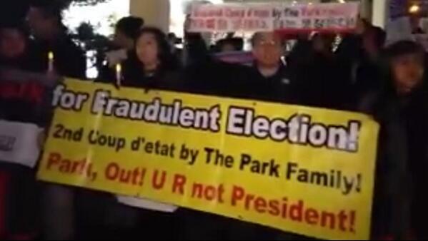 """16일 토요일 아침, 뉴욕 현지의 금요일 저녁, 100여 교민•유학생이 """"민주주의 파괴주범 국정원을 해체하라! 불법부정 당선범 박근혜는 사퇴하라!""""를 소리 높여 외치며 행진하고 촛불 밝혔다. http://t.co/qTOFF2raFR"""