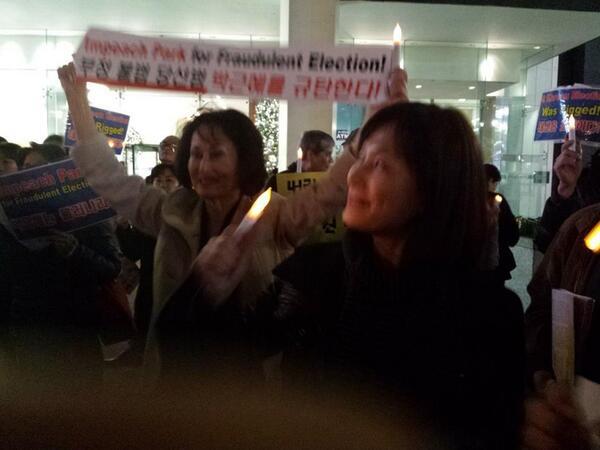 뉴욕 시위 - 11보  시위 중 한 컷을 보내주셔서 올립니다. 시위대들 정말 열심히 구호를 외쳐 주시고 계십니다. 감사합니다. 촛불 화이팅!!! http://t.co/s90tCXi2zb