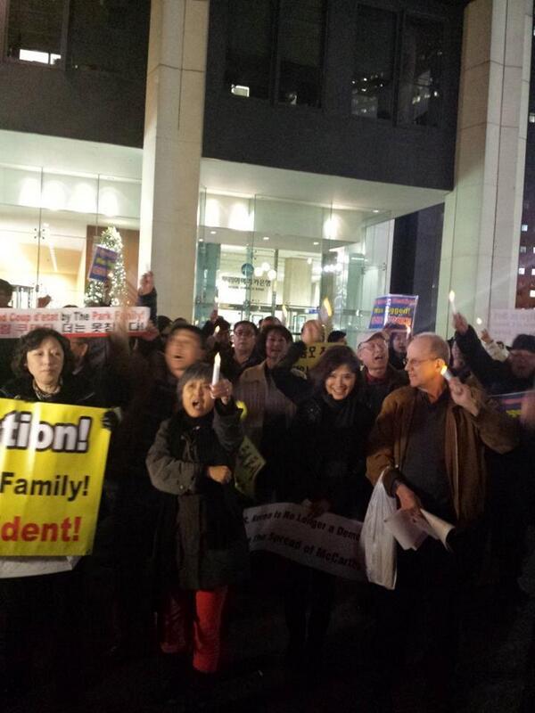 뉴욕 시위 - 13보  시위지만 축제 분위기입니다...8:30분에 끝내는 거 같습니다.. 트윗 방송 종료...수고 많으셨습니다. 현장에서 보내 주신 사진 한장 더 올립니다... http://t.co/1ftbcbHHkS