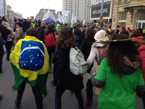 Leave it to the Brazilians to teach everyone samba during the #cop19 march http://t.co/PqiXDaTZO8