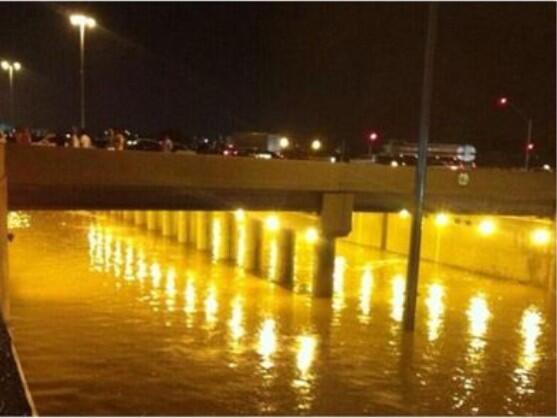 صور الأنفاق تغرق بالامطار يشلّ حركة المرور في الرياض BZN1DmYIYAAoxRH.jpg: