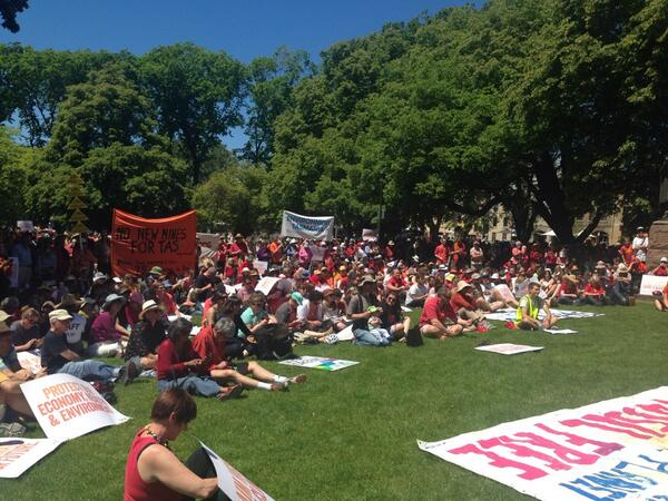@GetUp climate change rally in Hobart: it's estimated there are about two-thousand ppl here #climateaction http://t.co/ZXV7CG6QzY