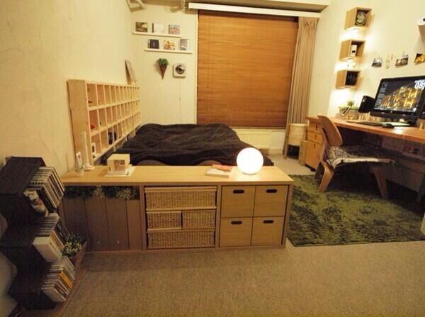 【スタッキングシェルフのある部屋】 無印のスタッキングシェルフを低くまとめたコーディネイト。 壁幅いっぱいに伸ばしたデスクは、奥をPCスペース、手前を食卓など  ...