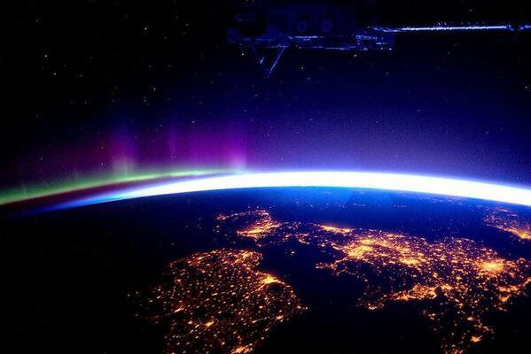 国際宇宙ステーションから見えるイギリスとオーロラ(via http://imgur.com/gallery/tAefpj8)