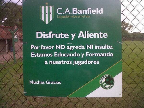 Todos deberíamos aprender de este aviso de la cancha de Fútbol Juvenil de Banfield. Vía @thelaucha #noagreda #aliente http://t.co/BTrs2xSkXt