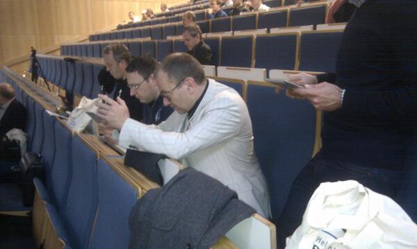 Die #ScienceTweetup-Teilnehmer haben die Arbeitshaltung eingenommen. #swarm (mb) http://t.co/PnjCa5ePTj