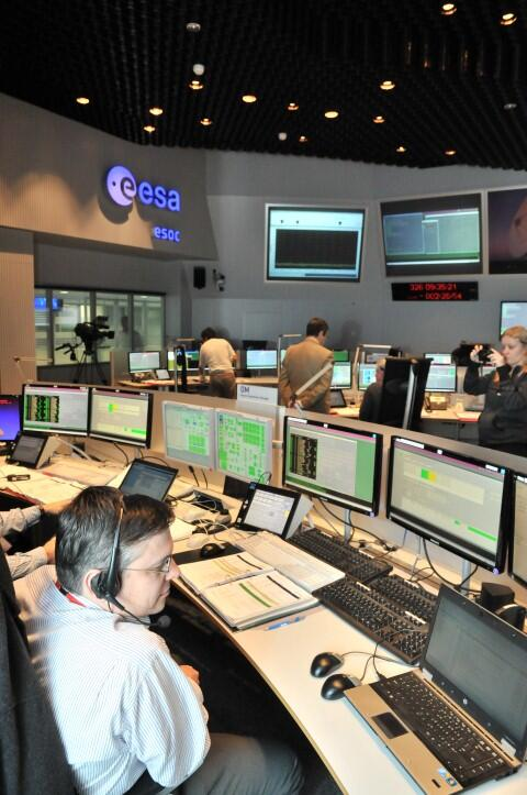 #ESOC Ground Operations Manager confirms: All tracking stations GREEN for #swarmmission launch http://t.co/MHwaR8WViK http://t.co/NL90Lusdem