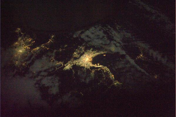 こちらは関西、中部地方の夜の光景です。