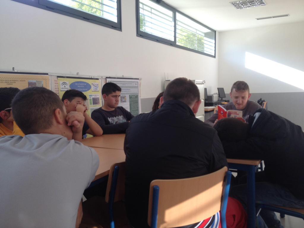 """El #encontradordelibros Kamil comienza la lectura de """"Bajo la misma estrella"""" #bibliotecaiescartima @proyectocartama http://t.co/1gky0EyVJJ"""