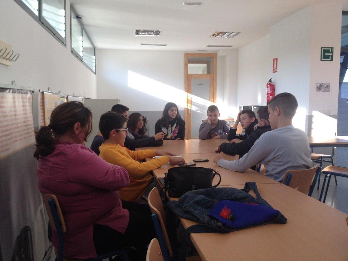 ¿Qué tejía la abuela? Pregunta Ilian #Bajolamismaestrella #bibliotecaiescartima @proyectocartama http://t.co/Z8Rkrn61dD