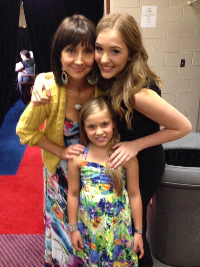 Sorry to hear about your foot, Maisy!! Love you fantastic girls! @lennonandmaisy #Nashville #lennonandmaisy http://t.co/VKYkgEUe2s