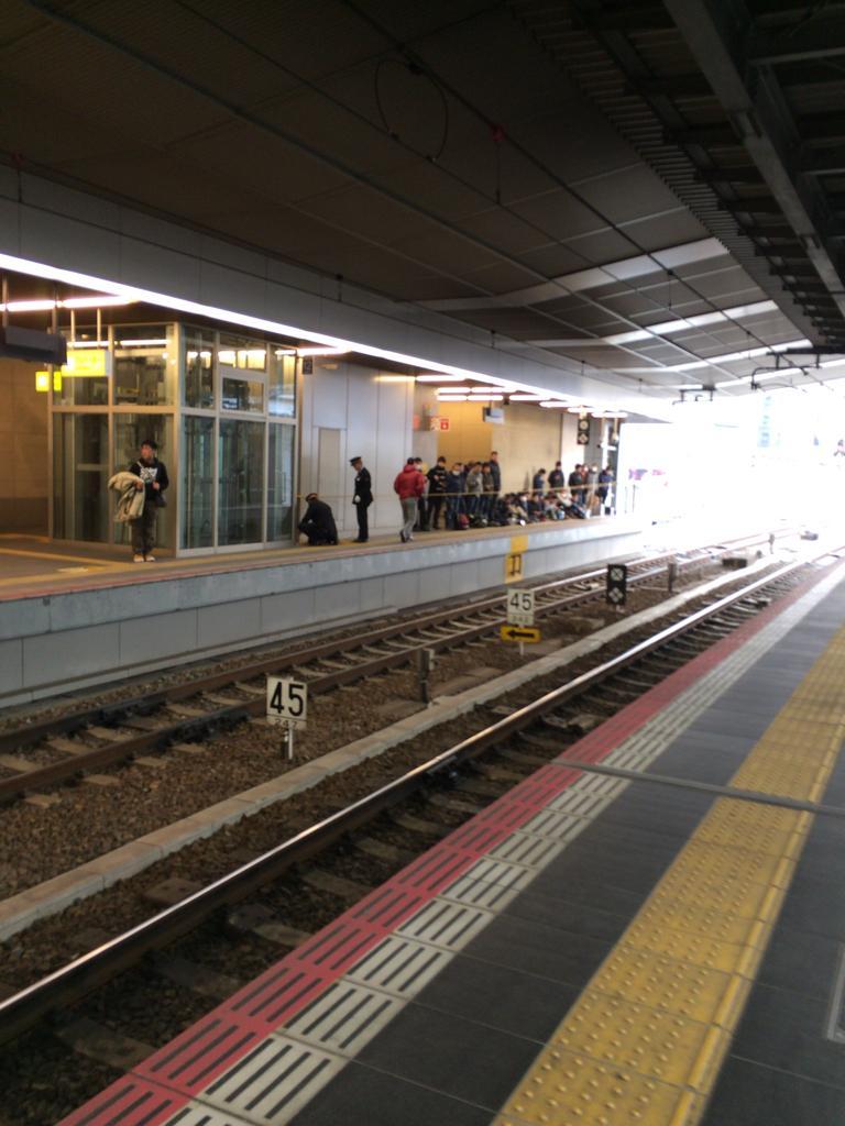 うわー…この時間から場所取りしてるのか…大阪駅 http://t.co/fs3wrUvMSF