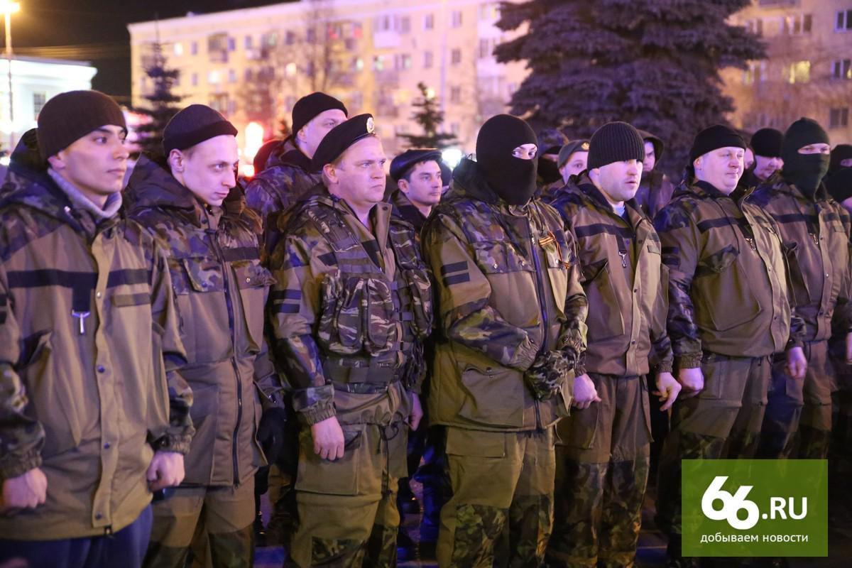 Сегодня ночью из #екб поездом уехала рота бойцов. Уехала воевать на #Донбасс http://t.co/XYHYSc5cyT http://t.co/L5y5obHlgU