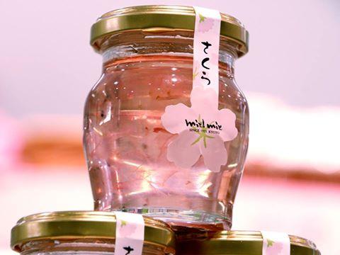 <京都まるん>が、京都の春を連れてきてくれました♪国産桜の花びらが可憐に漬け込まれた「桜花はちみつ」。アイスやチーズケーキにかけて桜の香りを味わってみて!小田急百貨店本館3階<ザッカマルシェ>1瓶110g/918円※3/17迄 http://t.co/XlhpkuPzxF