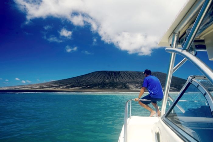 First pictures of #Tonga's newly-formed volcanic island http://t.co/yMGO5XW6L4 (via @ABCNews) http://t.co/OGHEpDC8X7