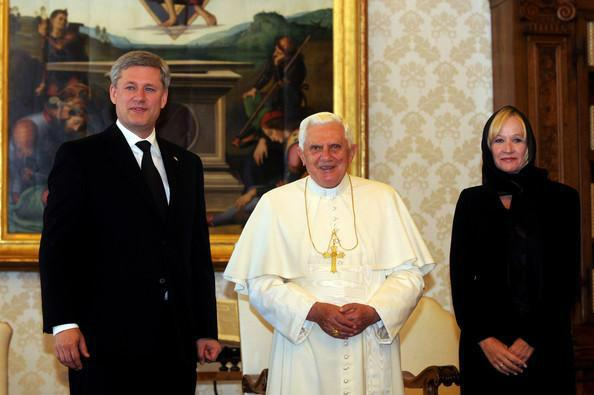 Who made poor Laureen wear that symbol of patriarchal subjugation? Fight the oppressors! #dresscodePM  #CDNpoli http://t.co/AiCzA4qQSL