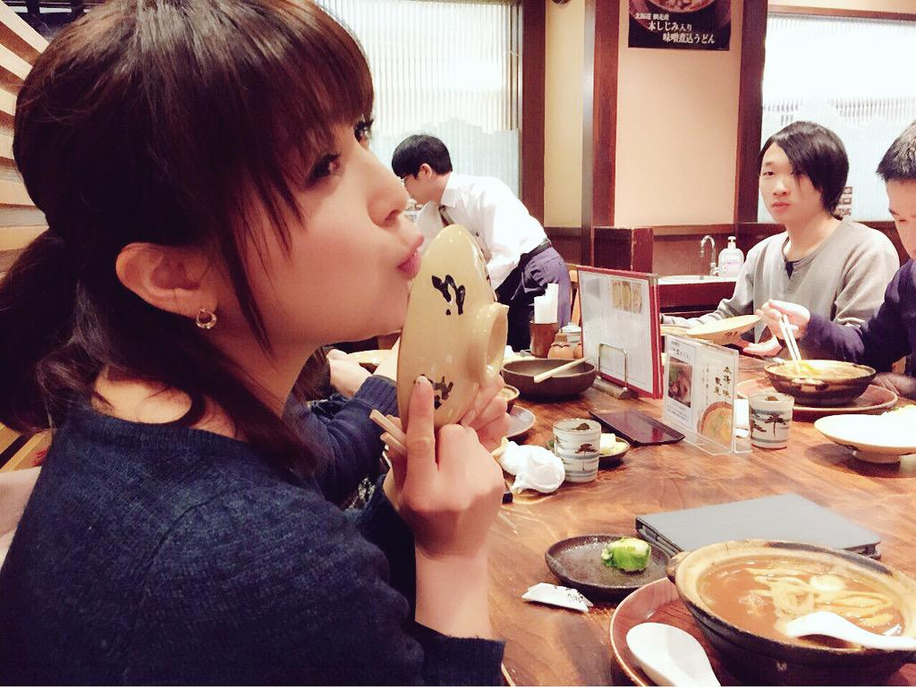 名古屋でのリリイベを終えて、東京着!会いにきてくれたみなさま、どうもありがとうございました(OvO)スタッフさんたちと晩ごはんで、やっと、はじめて味噌煮込みうどんも食べられました♪おいしかったー♡ pic.twitter.com/NIbMQuWyGM