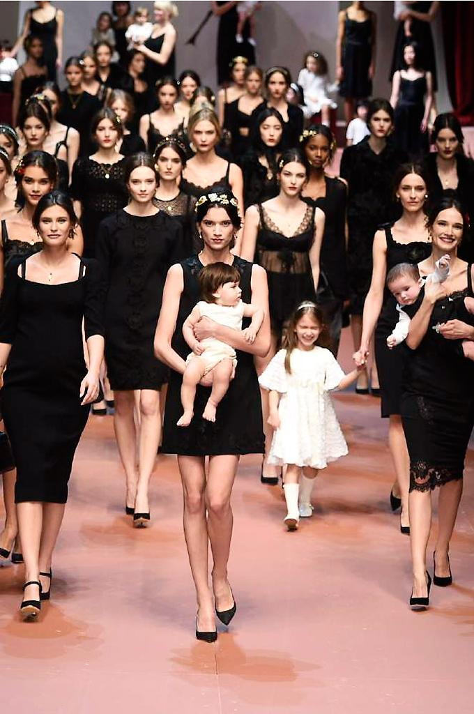 Dolce & Gabbana dedicated their winter collection to mammas. See it in full here: http://t.co/73fAJGpUjn #MFW http://t.co/OzhbgPkCPW