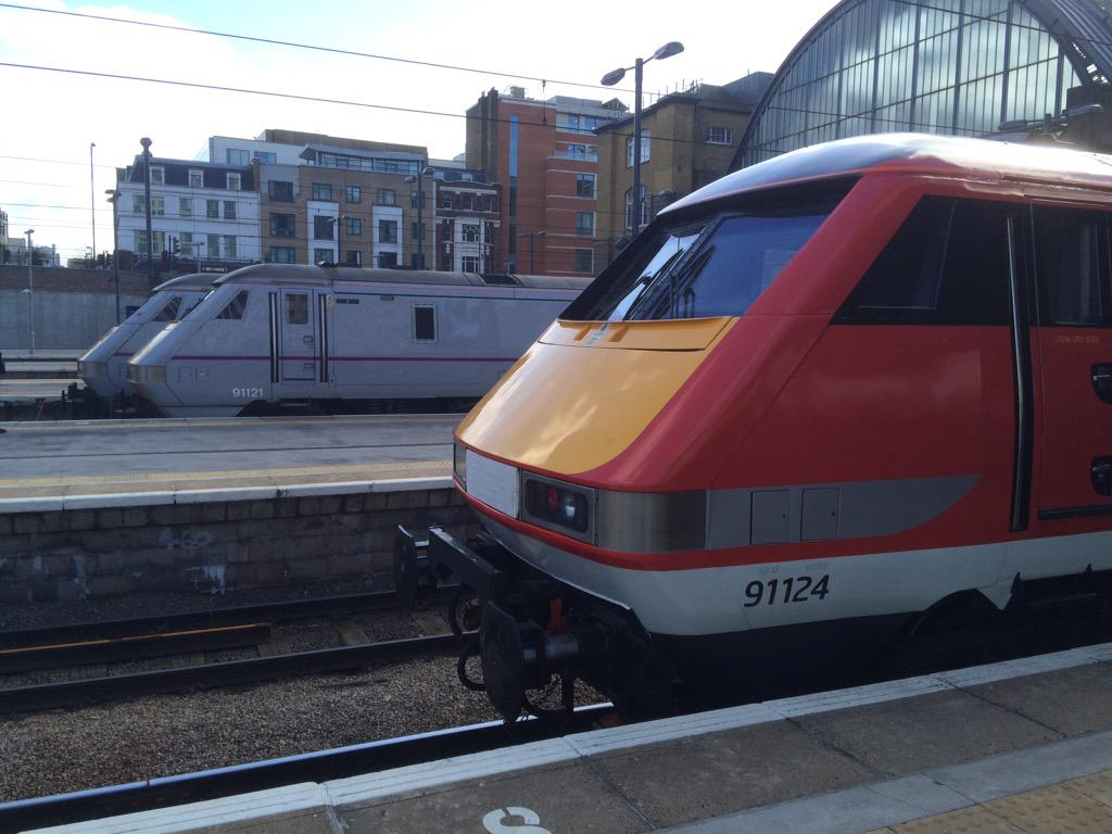 91124 in the new @Virgin_TrainsEC colours http://t.co/KDYsjRUVzE