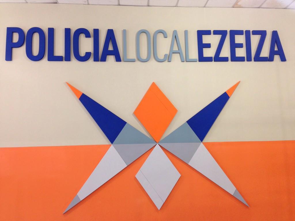 LA NUEVA POLICIA DE SCIOLI Y LOS KIRCHNER TIENE COMO LOGO LA ESCUADRA Y EL COMPAS DE LA MASONERIA B_FuIdNWsAA1HLv