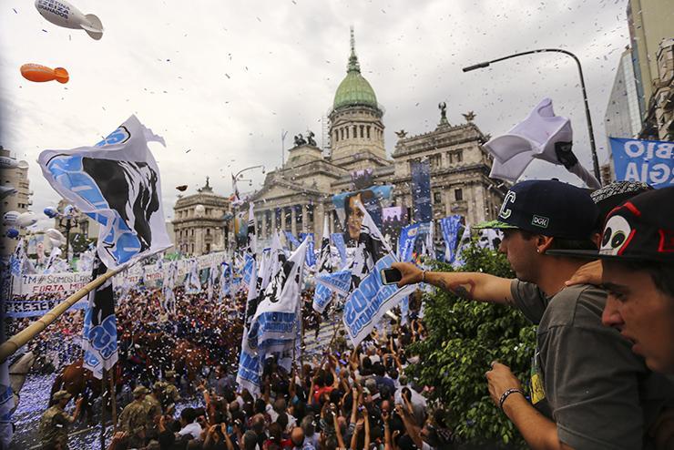 Las mejores #FOTOS del clima que se vivió en la Plaza mientras hablaba @CFKArgentina → http://t.co/5RFUij5R8w http://t.co/ELFj1MOgwC