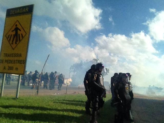 Bombas de efeito moral são arremessadas na BR-116, em Camaquã. Rodovia não estava bloqueada no momento da ação http://t.co/uJrf2Y8Pt4