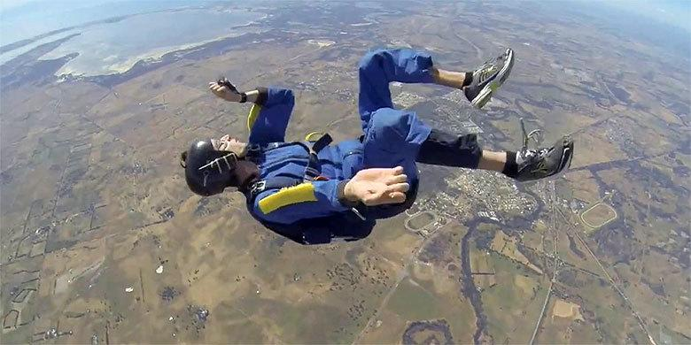 Guy Has Seizure While Skydiving And Is Saved By Quick-Thinking Instructor http://t.co/1kP5UuLdAp http://t.co/jfdv0MNtmZ