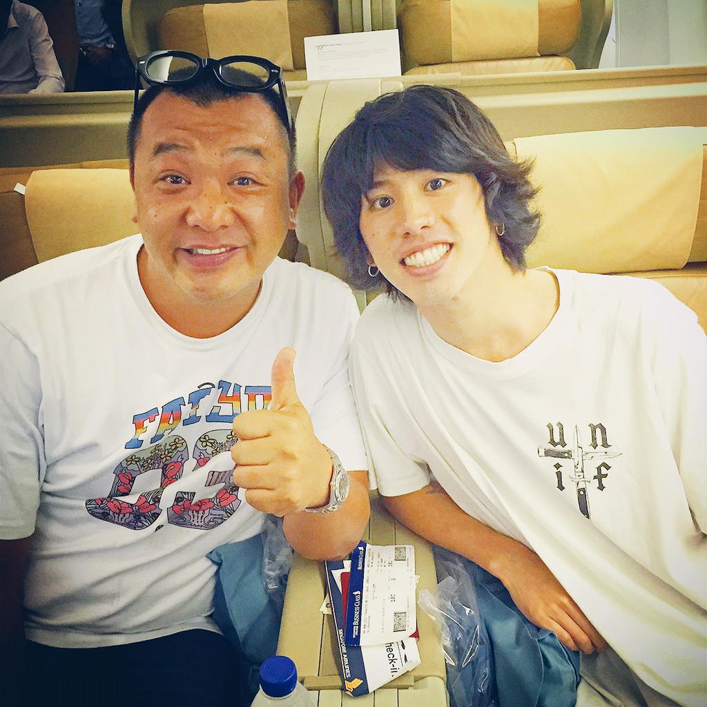 シンガポールの帰りの飛行機でワンオクのtakaと一緒やった♪  スターと乗る飛行機はとても安心♡  んー、しかし、顔の大きさの違いよ。。。 http://t.co/a5WzEd6TNF