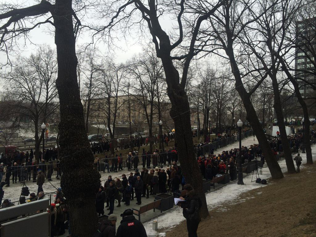 Hard to give proper sense of scale,but queue loops back on itself twice - many hundreds waiting in the cold #Nemtsov http://t.co/87wiYmOw9u