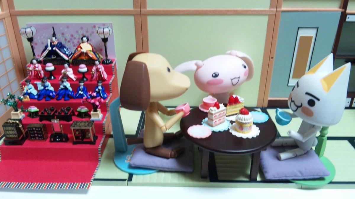 ジュンとピエールとひな祭りでお茶を飲んでいるトロです。