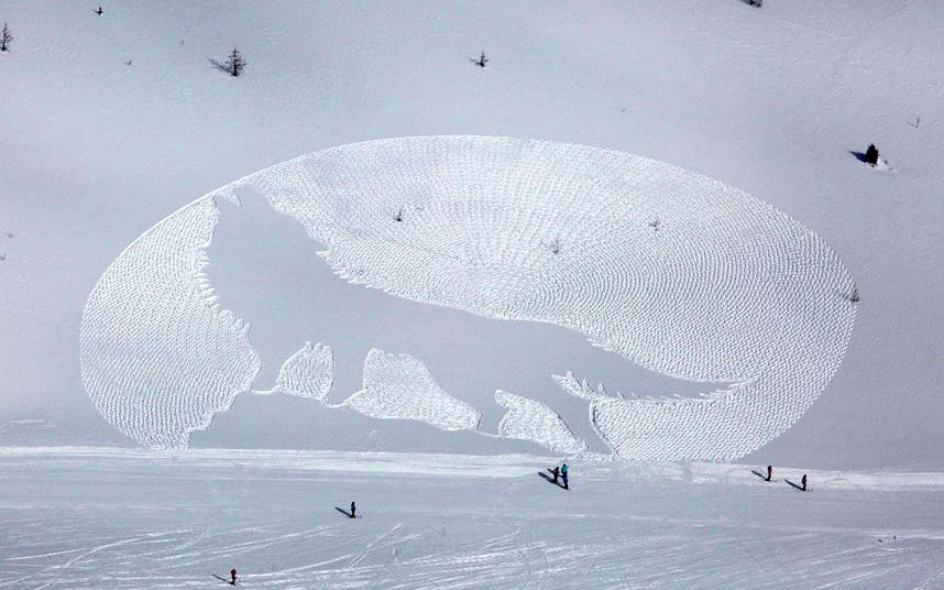 Very clever! Snow artist Simon Beck's stunning wintery creations -  http://t.co/tGuXg5ADHu http://t.co/hNBj8tw5FX