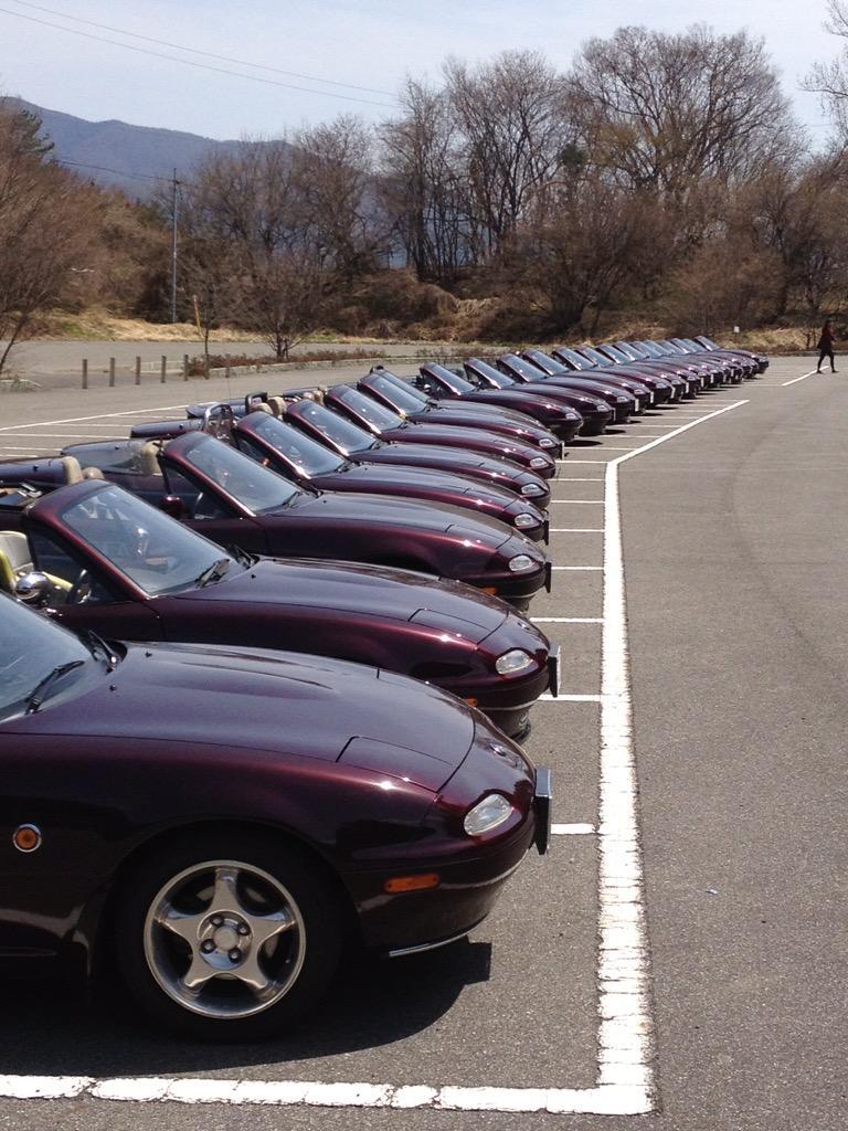 """@Mazda_PR ユーノス・ロードスターの限定車""""VR-A""""のオーナーズクラブ「アールヴァンレッズ」は、そのボディカラーであるアールヴァンレッド・マイカにちなんで名付けられた、こだわりのクラブ名なのです。#クルマの色へのこだわり http://t.co/UKTan2fy4P"""