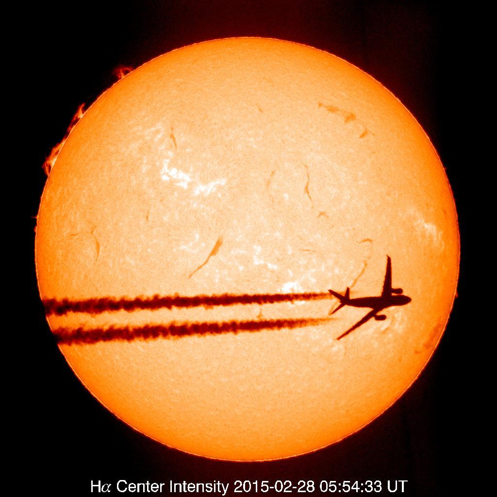 【2015年2月28日の飛行機】2月28日の太陽画像を調べていたら、飛行機が見事に太陽を横切っている画像を見つけました。ご覧下さい。 pic.twitter.com/3tZqhaqXU4