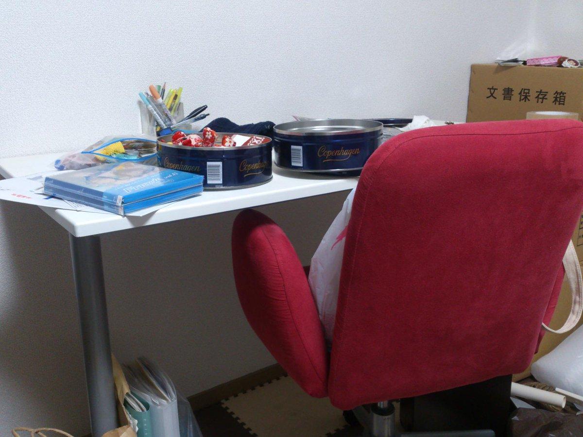 お下がりの机&椅子の貰い手探し中。片付け中の写真で申し訳ないけども。 http://t.co/iDD9VvXQoo