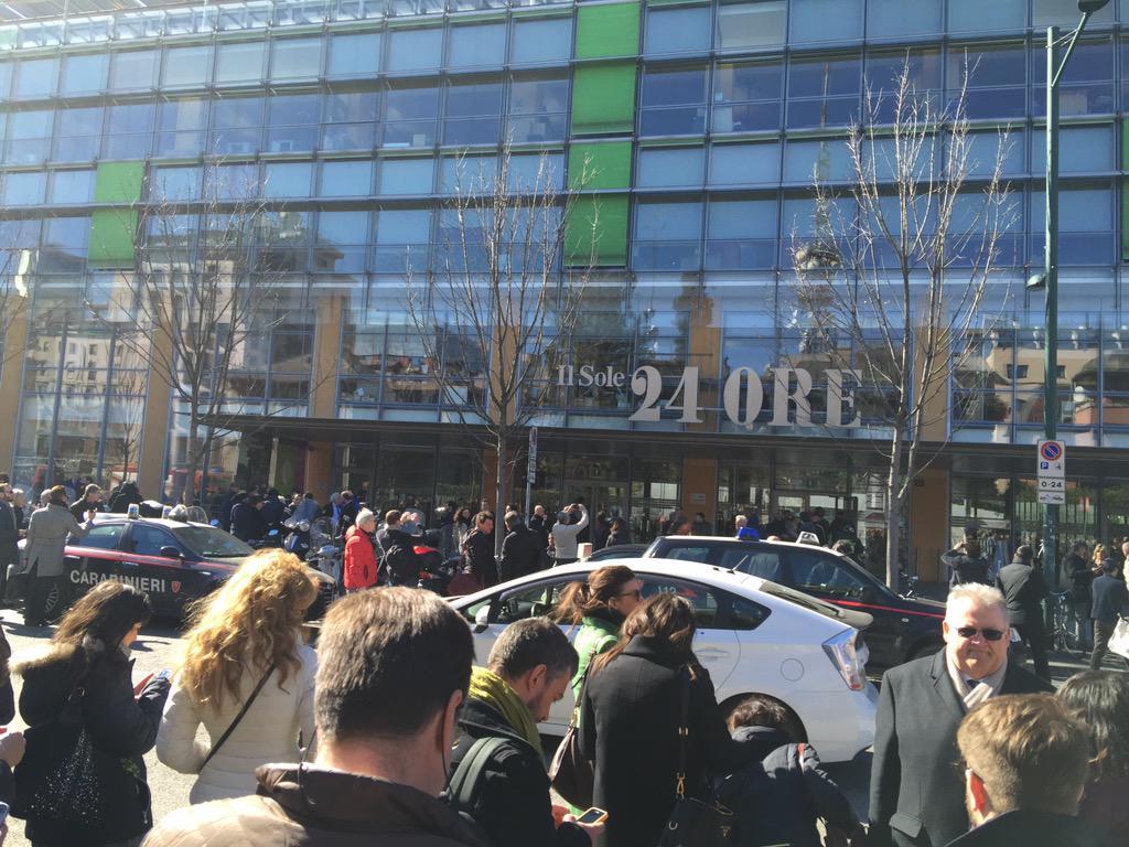 una foto dell'evento la gente che esce dal palazzo