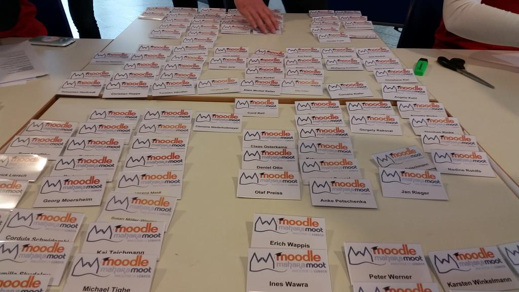 Die Namensschilder liegen bereit. Wo ist dein Name? #MootDE15 http://t.co/pYFKvwkXEo