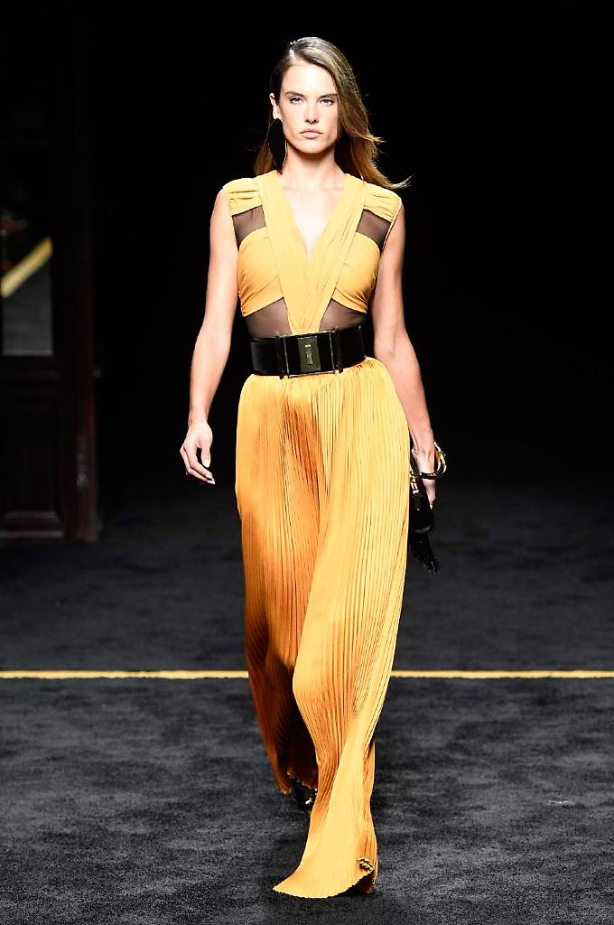 JUST IN: Read our review the @Balmain #AW15 show, plus see the first pictures http://t.co/Nuax1gS0x6 #PFW http://t.co/rAr68Sk2st