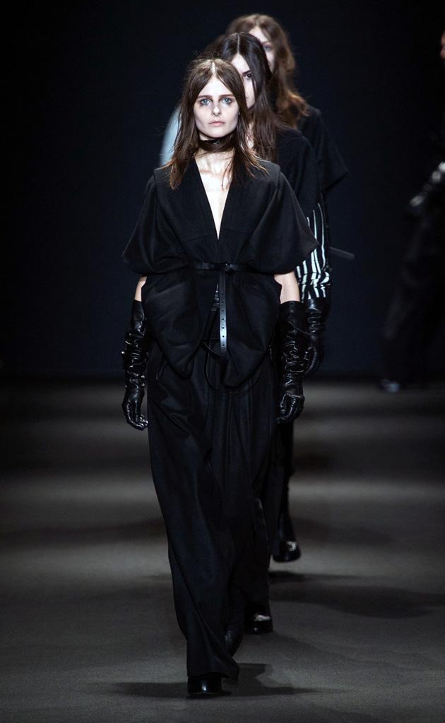 Sentimiento, pasión. Así es la nueva propuesta de #AnnDemeulemeester bañada en negro: http://t.co/7nvs34LSab #PFW http://t.co/4x9HTDgiEo