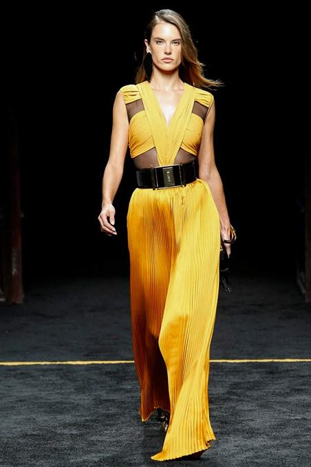 JUST IN: see the @Balmain #PFW show http://t.co/WUMk66qN60 http://t.co/VKHanq4GwR