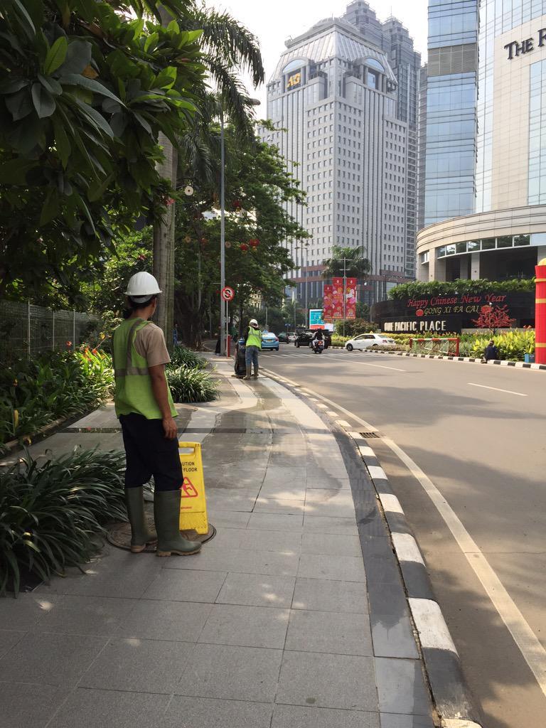 Pemerintah DKI perlu belajar ke pengelola SCBD Sudirman, yang mampu kelola trotoar bersih, rapi, nyaman @trotoarian http://t.co/jaFjUCUPV7